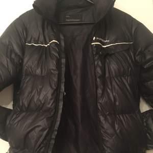 Äkta svart varmfodrad jacka från Peak Performance strl S men passar även M.