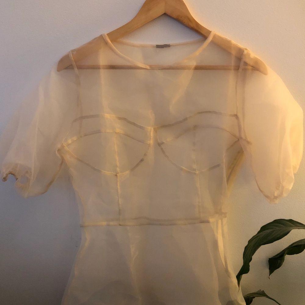 Fin transparent blus med puffärm, knappt använd. Köpt på Asos 🌸 . Blusar.