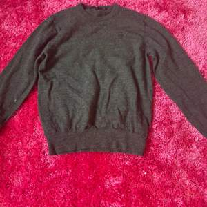 grå stickad tröja, använd få gånger.