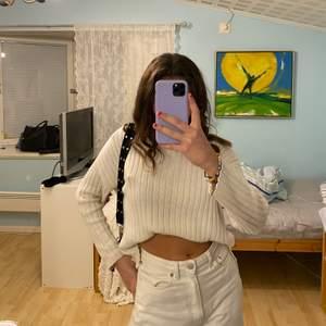Säljer denna super mysiga och snygga vita tröja då den ej kommit till andvändnig🥰 skriv för fler bilder❤️ pris kan diskuteras😊