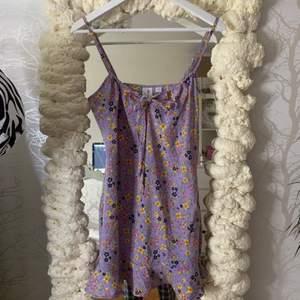En klänning från collusion i strl 38 som aldrig kommit till användning förut, osäker om den är från petite avdelningen men den är relativt kort (passar mig som är ca 165) köparen står för frakt!