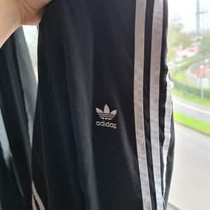 Säljer dessa Adidas tights då det inte är min stil längre 🖤 använda men i bra skick! Riktigt mysiga måste jag säga :)     Frakt tillkommer!