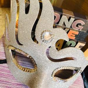 A silver face mascarade, a costume party accessories 👒👑🎩 for only 50kr! Not use 🦋