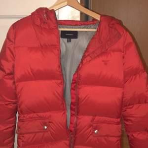 Vintage Gant puffer jacket, Köpt i en Vintage affär i Köpenhamn😁Perfekt nu när kallare tidigr närmar sig😀Storlek S😊Köparen står för 📦