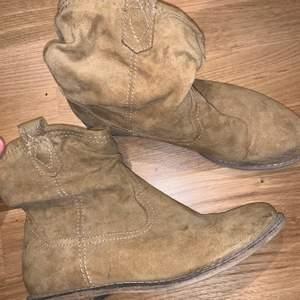 Säljer pga för små. Så snygga. Cowboy vibe!! 🤠⚡️Köparen står för frakt eller mötes upp i sthlm