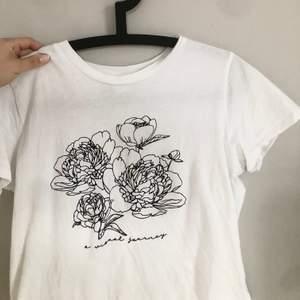 Säljer en T-shirt från visual clothing project. Vad jag vet säljs inte denna T-shirt längre, och jag säljer för lite användning🥰🥰 Frank tillkommer