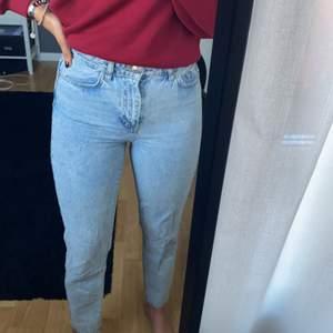 Mom jeans från Gina Tricot i storlek 36.