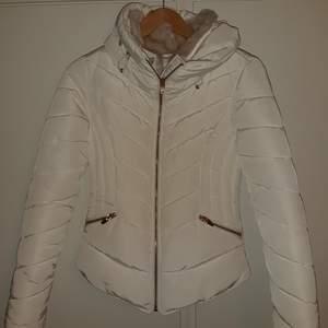 Superfin och varm jacka ifrån Zara. Är i nyskick och har inga tecken på användning, knappt använd alls💕💕 köpt för 800 kr och priset är diskuterbart💕 kan mötas i sthlm💕