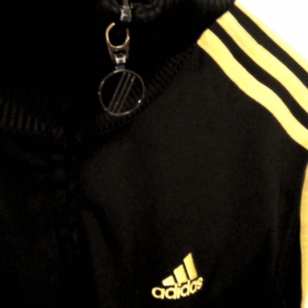 Snygg tröja, svart med guld och jättefin passform 😃 står storlek 164, passar dock S. Fickor med dragkedja och även 2st innerfickor Finns i Västerås 🌸🌸🌸. Huvtröjor & Träningströjor.