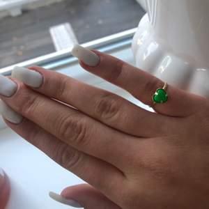 En fin ring! 14kr. En härlig grön färg. Budgivning om fler är intresserade.