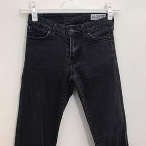 Crocker-jeans i storlek 24, längd 32 (24/32). Jeansen är i en