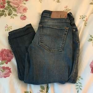 Tiger jeans i mörkare blå. Köptes som 26/34 men sydde upp till 26/30-32. Låga i midjan och sitter super snyggt på!! Kan mötas upp i Stockholm eller så står köparen för frakten.