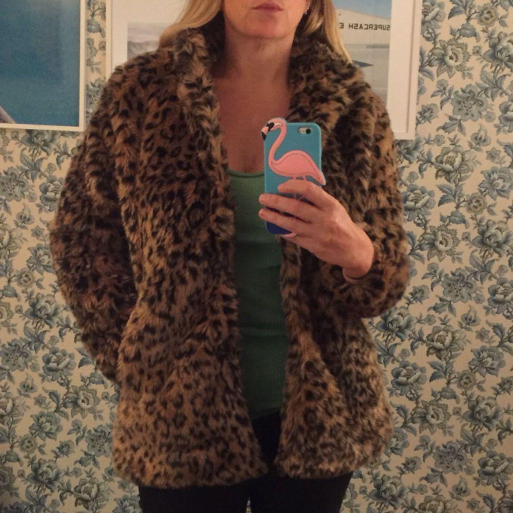 Leopardfuskpäls. Aldrig använd.  Tryckknappar. Vid frakt tillkommer porto. Om köp i Sthlm är den bara att komma och hämta el om vi möts upp. Swish! . Jackor.