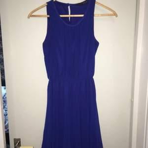 Jättefin o skön blå klänning med öglor vid midjan för bälte, köparen står för frakten