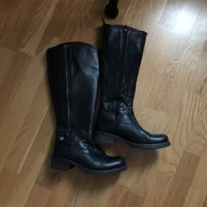 Säljer snygga boots från scorett! Smala och bra i benen, storlek 38. Nypris 1800kr
