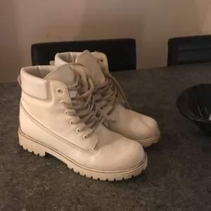 Vita Timberland-inspirerade skor i vit skinnimitation. Skosnörena behöver en tvätt!