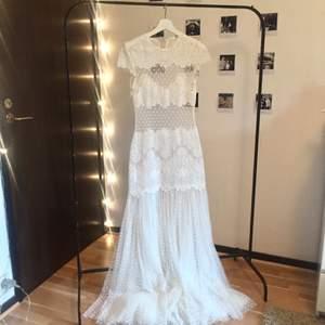 Dröm klänningen från Ida Sjöstedt som jag tyvärr säljer då den bara hänger och plågar mig då jag inte har något tillfälle att använda den. Passar mig som är en 36a men passar även 38. Mötes i Stockholm eller fraktas. ❣️  Prutbar