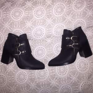 Svarta boots med bred klack och silvriga detaljer, oanvända, priset kan diskuteras vid snabb affär