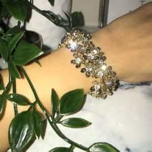 Vackert guldigt armband med blommor
