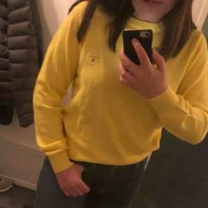 HELT NY oanvänd gul gant tröja, stickad.✨ Den är i stl. 16-17 år i ungdomsstorlek men passar s-m i vuxen.  Skriv om du har några frågor och kolla gärna in mina andra annonser💓