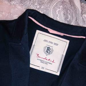 Bondelid Kostym Jacka, knappen för att stänga den saknas men annars är den väldigt sparsamt använd! Priset går att diskuteras! Fri frakt!