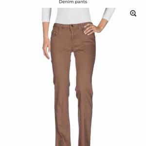 Säljer nya jeans och byxor för tjejer samt för damer från det välkända och exklusiva märket KAOS.  Kaos: Strl 25: 75st Strl 26: 161st Strl 27: 157st Strl 28: 188st Strl 29: 149st Strl 30: 136st Strl 31: 97st Strl 32: 51st Strl 33: 11st
