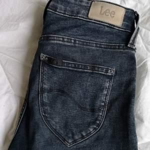 Snygga tighta stretchiga Lee jeans. Sparsamt använda. Modell: jodee färg : blågrå