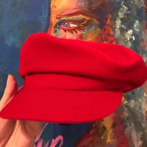Skepparhatt i rött manchestertyg för dem som vill sticka ut ur mängden lite, jag ÄLSKAR den men kan tyvärr inte ha den för mitt stora huvud och därför är den helt oanvänd, frakt ingår i priset❤️