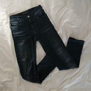 Ett par fållade nudie jeans i tight passform. Väldigt bra material, knappt använda! Skulle kunna vara vanliga jeans för korta personer (som mig) eller typ vid vaderna om man är längre.  Längd 86cm (62cm från innerlår)  Midja 62cm Höft ca 76cm Mötas i centrala Stockholm OK Frakt (extra fraktkostnad) OK