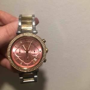 Äkta klocka ifrån Michael kors:) Säljer nu min underbara klockan ifrån Michael kors inköpt för 3000kr. Kan gå ner i pris vid snabb affär
