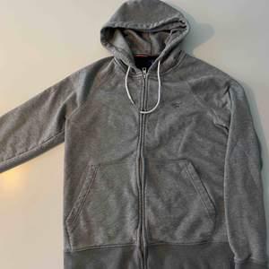 Grå zippad hoodie från Gant i superbra skick. Fynd