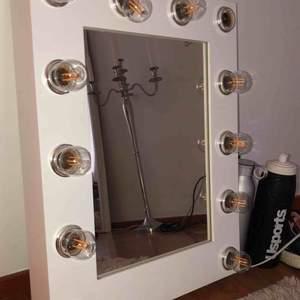 Sminkspegel köpt på sminkspegel.se för 2200kr. Två lampor är sönder men går lätt att köpa till. Använd i ca 1 års tid och är fint skick förutom de två lamporna som gått sönder.
