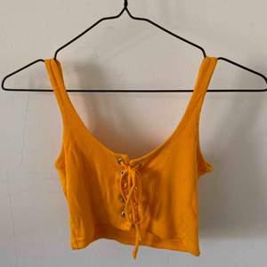 Orange magtopp från Bik Bok i fint skick 🧡 går ner en bit över brösten 🙌🏽