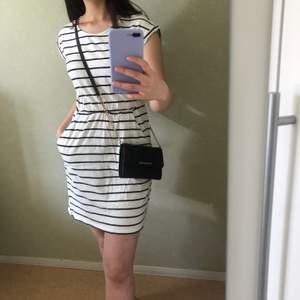 Svartvit randig basic klänning i trikå från H&M. Väldigt vardaglig och enkel som gör den lämplig för många olika tillfällen. Klänningen har även dolda fickor. Helt oanvänd, den har bara legat i garderoben:(