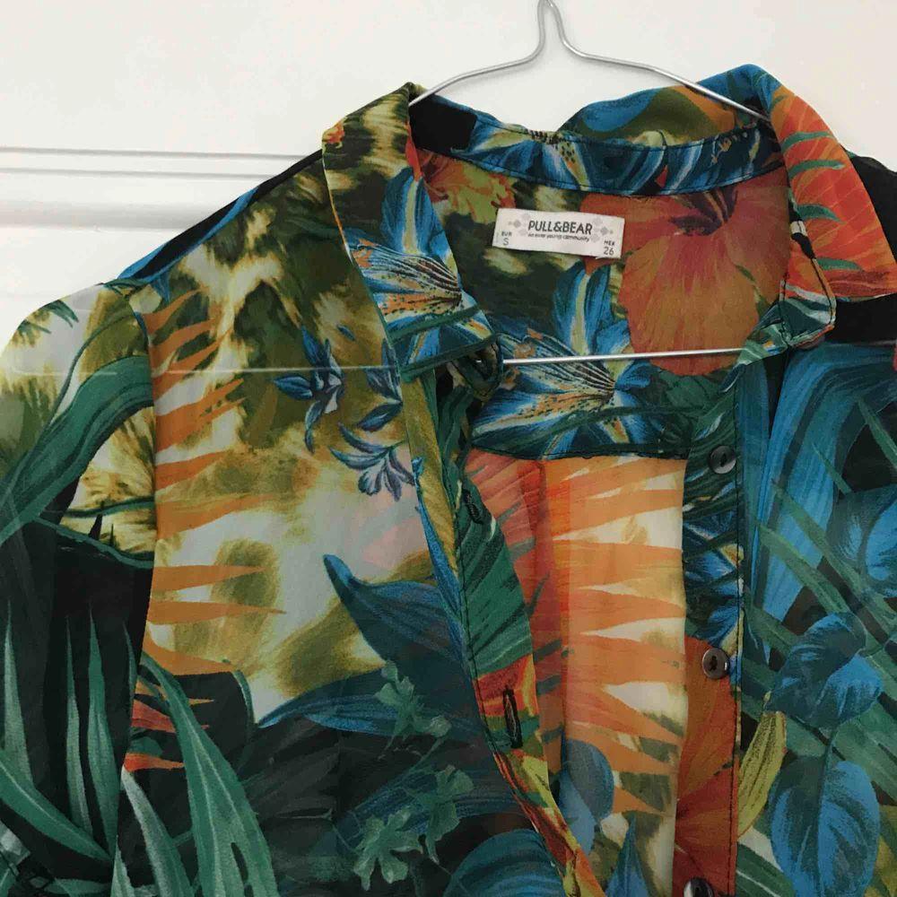 Härlig Hawaii-skjorta i genomskinligt tyg. . Skjortor.