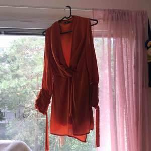 Orange klänning.  Har haft på mig den några gånger men den är i en väldig god skick.  Pris kan förhandlas.