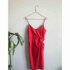 Jättefin klänning från Asos i härlig röd färg och silkigt material. Slits på ena sidan och dragkedja baktill. Endast testad, men lite liten för mig, sitter mer som en 34 än en 36. Ställbara axelband  Frakt på 40kr tillkommer