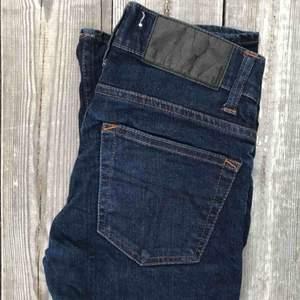 Snygga, mörkblåa jeans från Tiger of Sweden. Låg midja. Midja: 25 Längd: 34. Style: Skogsberg. Stängs med dragkedja och knapp.  Ordinarie pris: 1300kr  Frakt ingår!