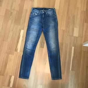 snygga, tighta jeans från Maison Scotch som sitter jättefint, nypris på de jeans ligger runt 1000kr. de är iprincip aldrig använda, alltså i nyskick. köparen står för frakt, fler bilder kan fixas om det önskas