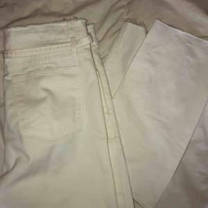 💓💓💓 Snygga vita jeans från Boohoo! Aldrig använda iom felbeställning. Storlek 42, men bandet gör så att midjan kan regleras och därmed passa 38/40 också. GRATIS FRAKT 💫