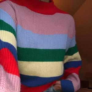 Färgglad stickad tröja från med liten krage. Kontakta för mer bilder