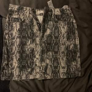 Kjol från zara, supersnygg med orm mönster