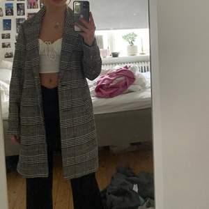 Säljer en Jättefin, höstig jacka/kappa som jag tyvärr inte använder just nu! Den är i storlek xs men som ni kan se är den ändå rätt stor på mig som har xs/s. Säljer för 200kr + frakt om du inte kan mötas upp i stockholm! 💗💗