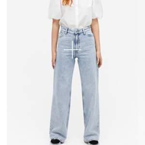 Säljer dessa populära Monki jeans  har dem strl 27. Säljer pga att det inte kommer till användning längre för att de är lite för små. Ny pris 400 mitt pris 200😊 köpare står för frakt