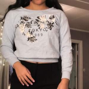 Snygg sweatshirt från HM i stl XS med snygg print. Jätte fin himmelsblå färg☺️