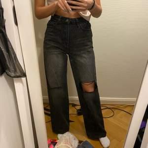 Super snygga svarta/gråa jeans med slitningar. Storlek 34