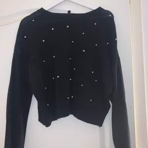 En svart tröja med silvriga pärlor som tyvärr inte kommer till användning men är i väldigt bra skick, köparen står för frakt💞