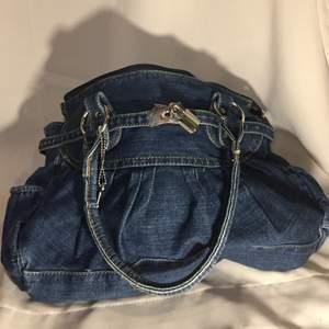 Mellanstor jeans axelväska (får plats m dator i!)