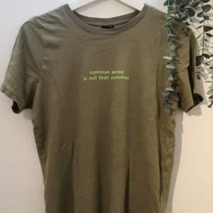 En T-Shirt med en ljusare militärgrön färg! Den har inte använts så mycket, då den blev för lite rätt så fort☺️ Pris+frakt