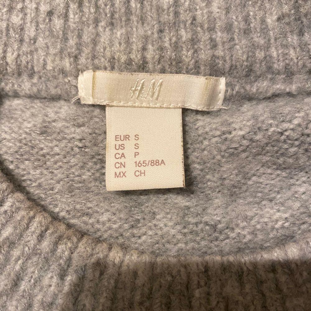 Sjukt fin och skön stickad tröja med fina detaljer på. Säljer då den inte kommer till användning. I storlek S men passar även mindre och större, beror på hur man vill att den ska sitta. Säljer för 180kr + frakt!! . Stickat.